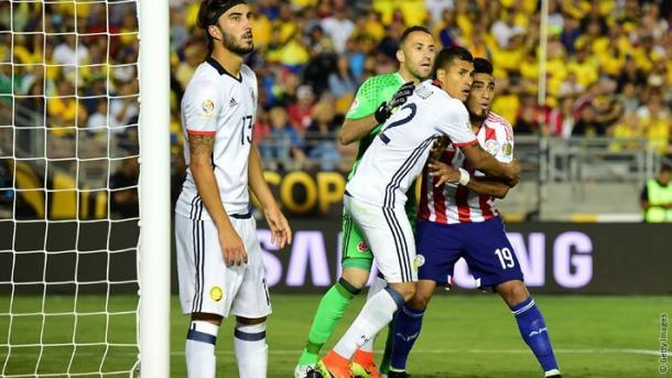 Lezcano prova a combattere tra Murillo e Ospina. (Fonte Immagine: Twitter @Arsenal)