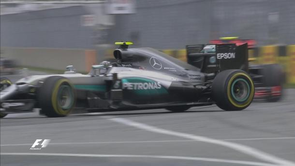 Nico Rosberg trompea al intentar adelantar a Max Verstappen | Fuente: @F1