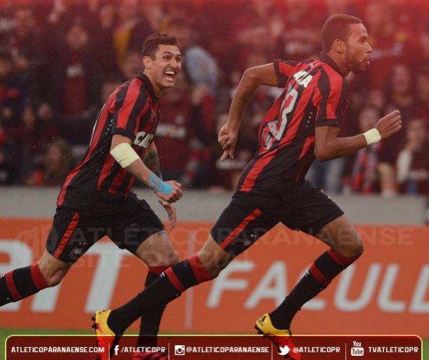 Hernani abriu o placar na Arena (Foto: Divulgação/Atlético-PR)