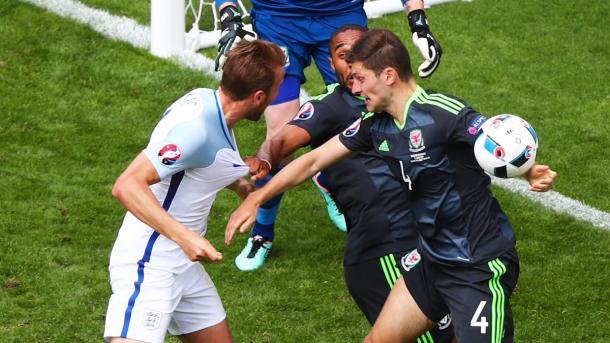 Kane cabeceia em direção ao gol e bola desvia no braço de Davies; arbitragem mandou seguir (Foto: Reprodução/twitter.com/England)