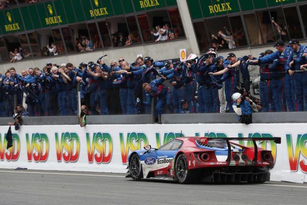 Cinquenta anos depois Ford volta a Le Mans e supera a Ferrari na classe GTE-PRO. (Foto: Twitter Ford)