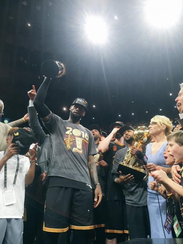 LeBron ergue o troféu de MVP (Jogador Mais Valioso) das finais (Foto: Divulgação/NBA)