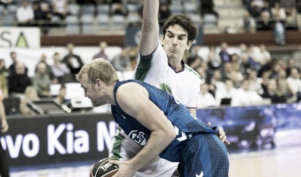 Clark intenta superar a Suárez / Foto: Delteco GBC