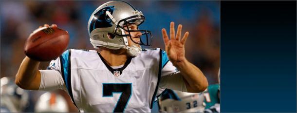 Jimmy Clausen se dispone a lanzar. Fuente: Carolina Panthers