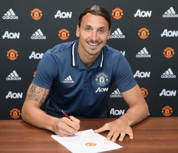 Zlatan signing his United contract | Photo: ManUtd