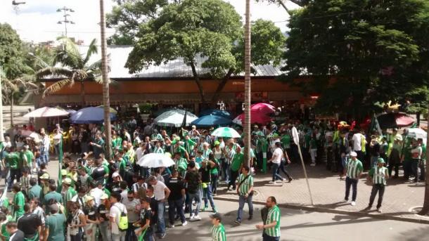 Hinchas a las afueras del estadio -  Foto: @radiomunera790