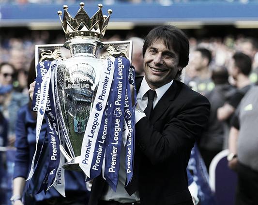 Antonio Conte con el trofeo de la Premier League | Foto: Getty Images
