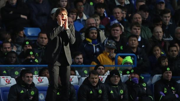 Conte dando indicaciones desde el banquillo | Foto: Premier League.