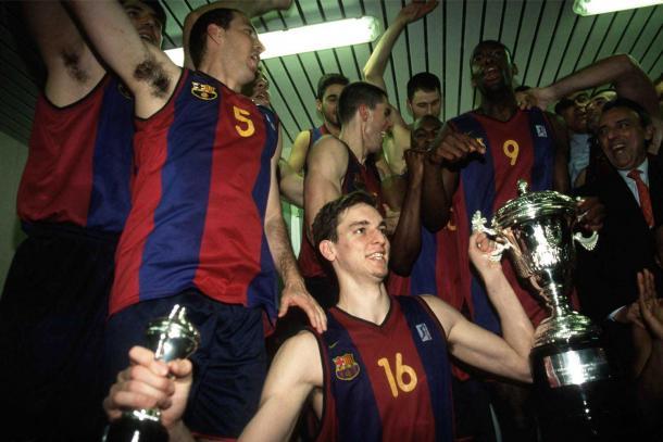 Pau Gasol sosteniendo el trofeo de campeón en una mano y el MVP en la otra | Foto: ACB Photo