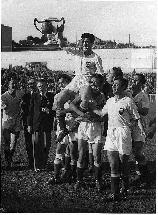 El Valencia celebra un campeonato nacional de liga obtenido en la década de los 40 | Fotografía: Valencia CF