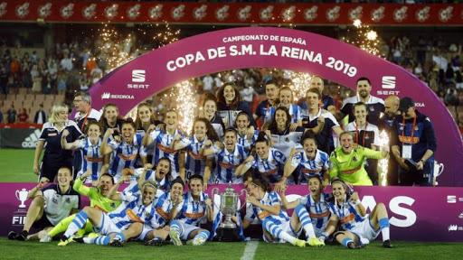 El plantel actual de la Real Sociedad celebran el titulo de Copa de la Reina tras vencer a Atlético de Madrid en la final// Foto: Elcorreo.com