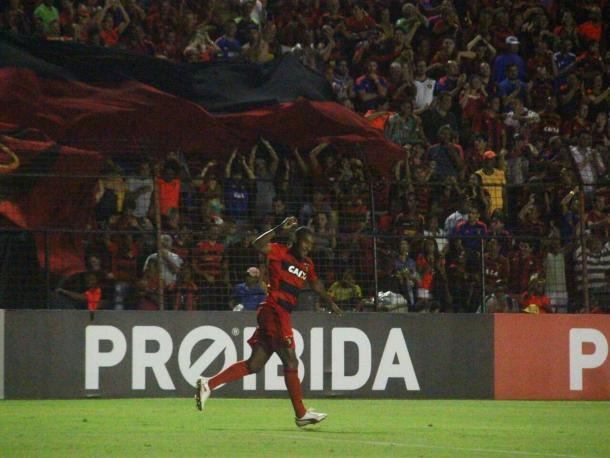 Edmilson comemora o segundo gol (Foto: Williams Aguiar/Sport)