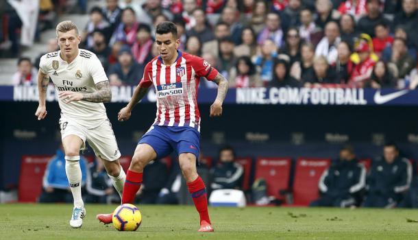Correa bajo la atenta mirada de Kroos. El argentino cuajó un buen encuentro. Foto: Web oficial Atlético de Madrid