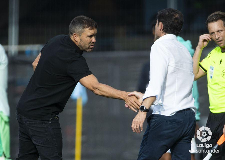 Coudet y Marcelino se saludan amistosamente después del partido   Imagen: LaLiga