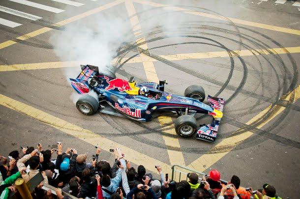 Las 'donas', tradición en la celebración de los pilotos al ganar, o en una exhibición, como la sucedida en Bogotá. Imagen: goformula1.blogspot.com.