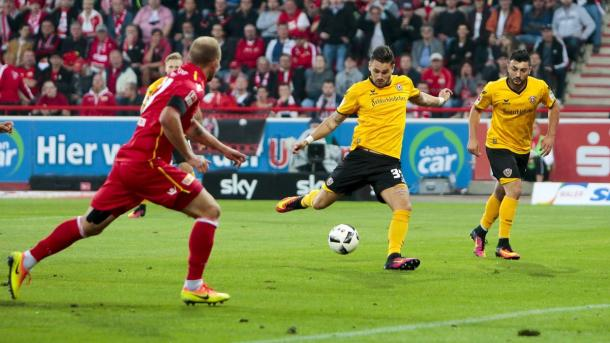 Pascal Testroet with a shot for Dyamo Dresden. | Photo: Bundesliga