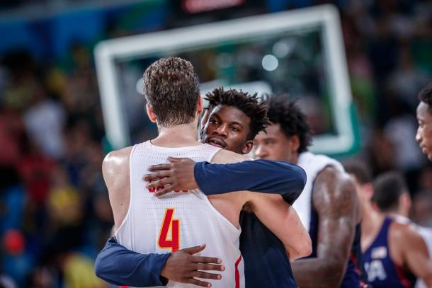Butler abraçando Gasol após o jogo. Os dois foram companheiros no Chicago Bulls nas últimas duas temporadas na NBA (Foto: Divulgação/FIBA)