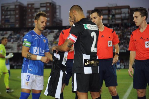Ceballos le entrega a Higinio la camiseta de homenaje. Imagen   FC Cartagena