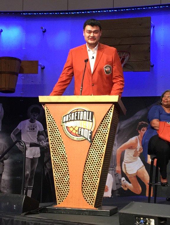 Yao Ming dirigiéndose al público en la cerimonia del de este jueves (FUENTE: NBA)
