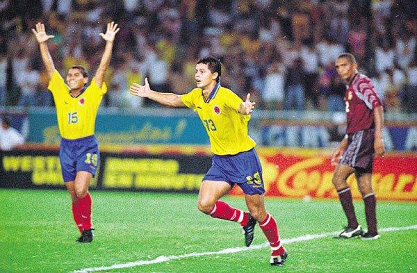 Gol de Cabrera a Venezuela en las Eliminatorias Francia 1998. FOTO: twimg.com