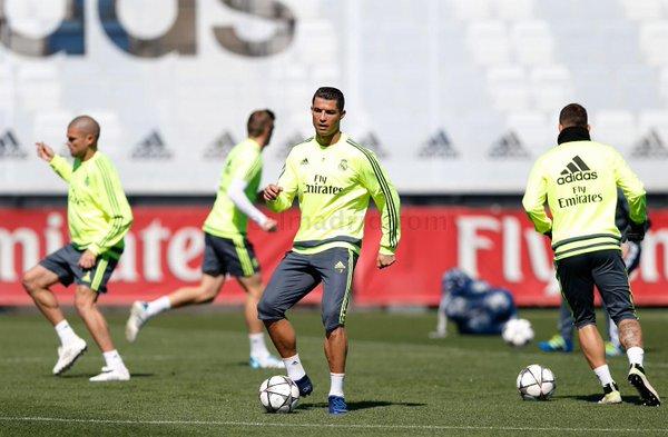 Cristiano Ronaldo al lavoro con i compagni. Domani ci sarà, twitter @realmadrid
