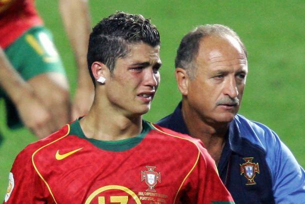 Un jovencísmo Cristiano Ronaldo, desolado tras perder la Euro '2004 en su país (Foto: ole.com.ar)