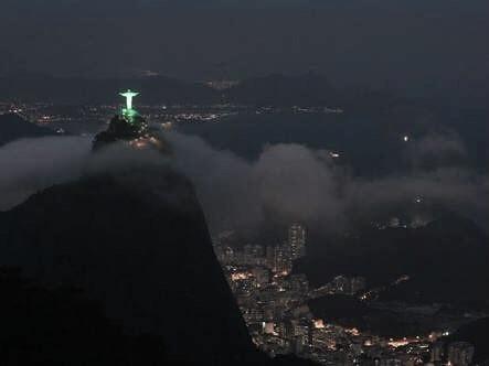 No Rio de Janeiro, o Cristo Redentor foi iluminado por cores verdes (Foto: reprodução)