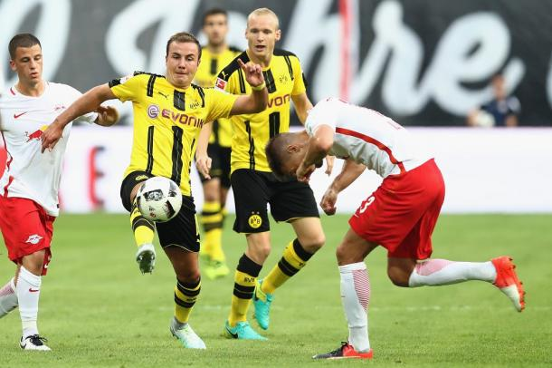 Gotze battles for the bar in a packed midfield in the first half | Photo: kicker.de