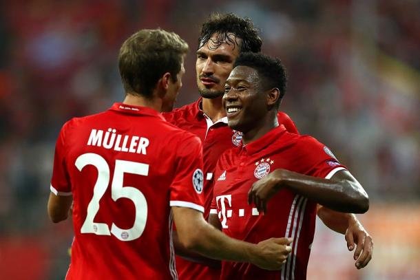 The Bayern players celebrate Muller's goal just before half-time | Photo: Kicker