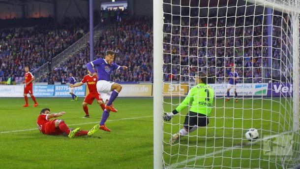 Skarlatidis scores to put Aue 2-1 up. | Photo: Bundesliga