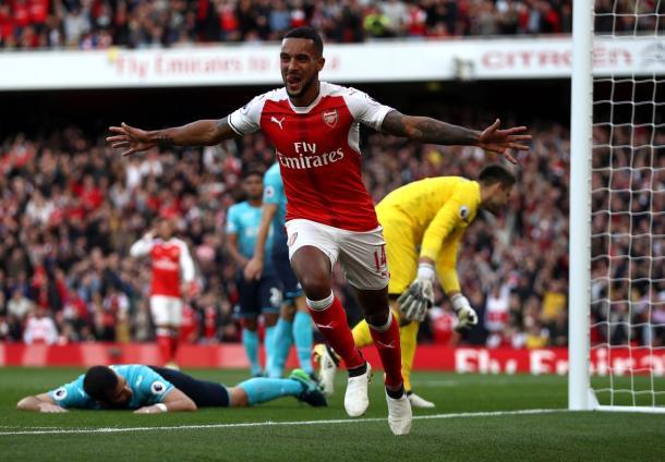 Theo Walcott esulta dopo il gol dell'1-0.