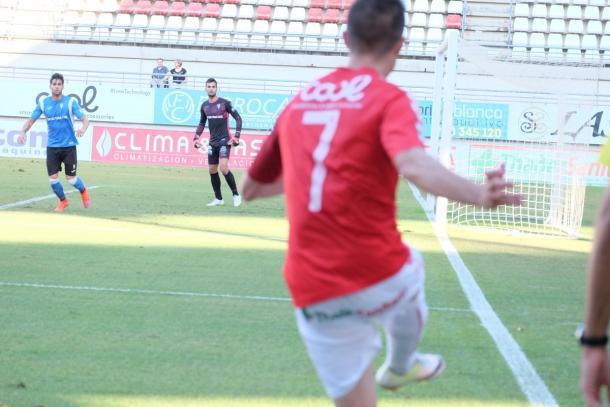 Titi saca un córner | Foto: Real Murcia