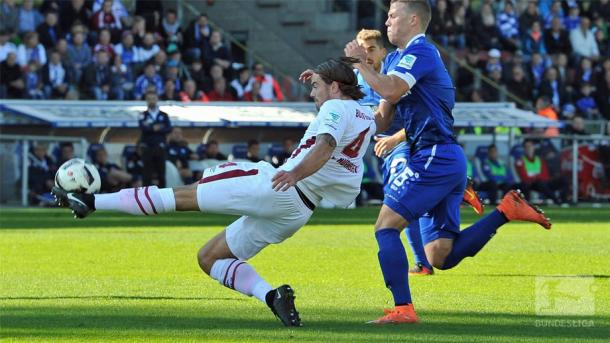 Dave Bulthuis battled for the ball. | Photo: Bundesliga