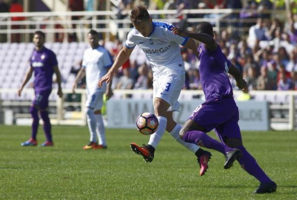 Babacar pugna con un jugador del Atalanta por el balón | Foto: VAVEL