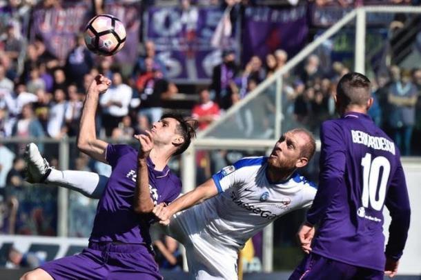 Kalinić intenta controlar el balón ante la mirada de un defensa del Atalanta | Foto: Firenze Post
