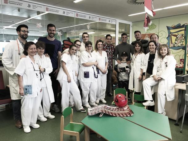 La expedición del Reus junto a los médicos e infermeras de la planta de pediatria | Foto: CF Reus
