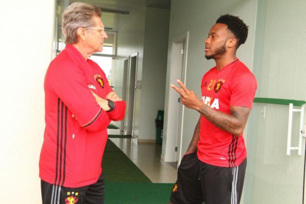 Oswaldo ainda não define se Rodney inicia de titular contra a Chape (Foto: Williams Aguiar/Sport)