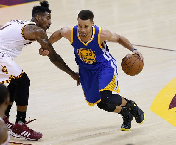 Golden State Warriors guard Stephen Curry (R) drives to the basket against Cleveland  Cavaliers 193416508