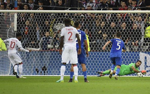 La parata di Buffon su Lacazette   Foto: @UEFA