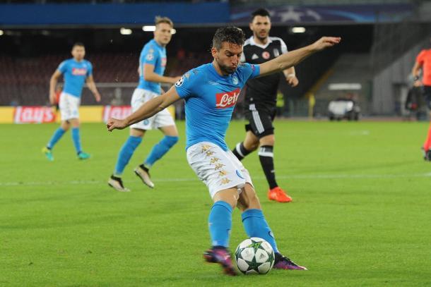 Mertens dispara el balón en un lance del encuentro | Foto: UEFA