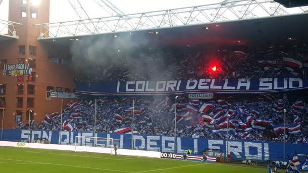 La coreografia dei supporters doriani per il derby. | Fonte: twitter.com/circondatodiblu