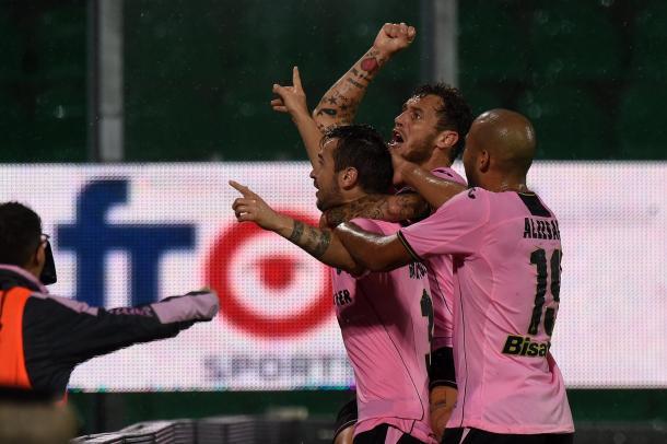 Aleesami, Diamanti festeggiano Nestorowski dopo il gol - Fonte: palermocalcio.it