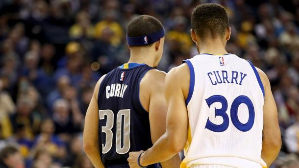 Irmãos Curry se enfrentaram pela primeira vez na temporada (Foto: Divulgação/NBA)