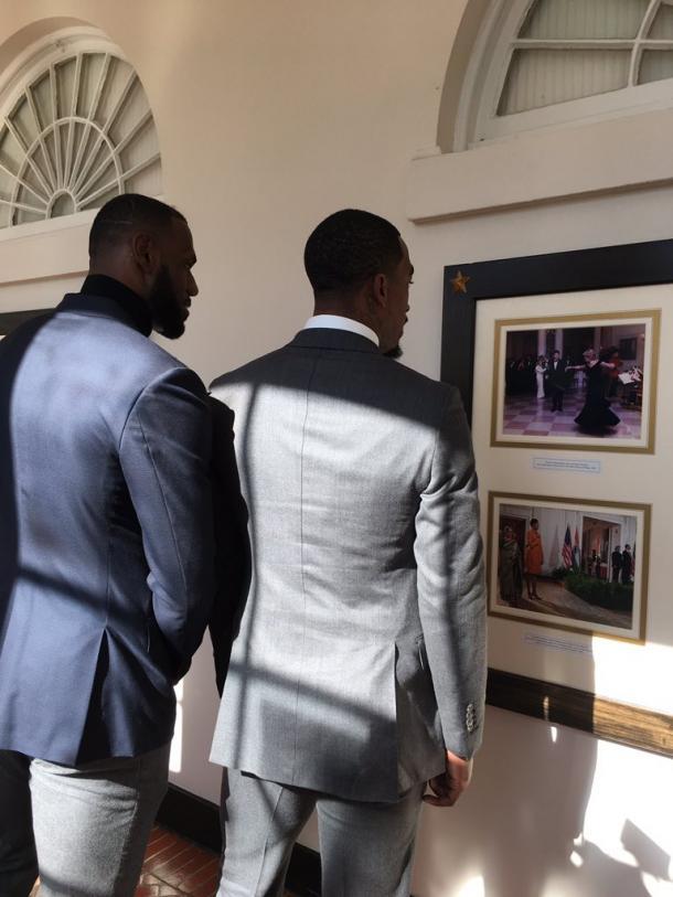 LeBron James (a esquerda) e J.R. Smith durante a visita na Casa Branca (Foto: Divulgação/NBA)