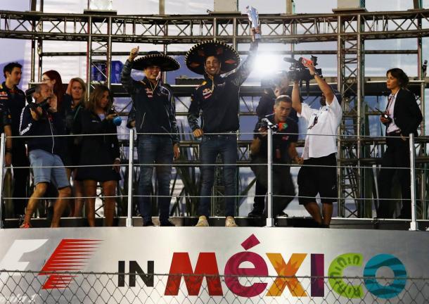 Alla fine è la Red Bull a portare a casa il trofeo. Ricciardo condivide la vincita con Verstappen, alla fine quarto. Per l'australiano arriva anche la matematica certezza del terzo posto nel mondiale. Per la scuderia, uscita vincitrice dopo il braccio di ferro con la Ferrari, si avvicina sempre più il secondo posto nel mondiale. Fonte foto: skysports.com