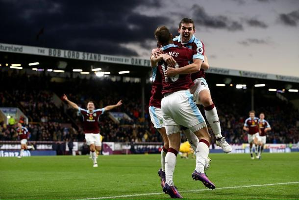 Barnes celebrates with his teammates (photo: Twitter/Burnley FC)