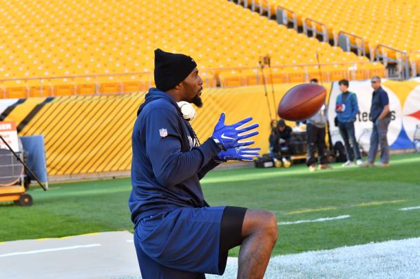 Dez Bryant out on the field warming up (Photo: @dallascowboys/ twitter)