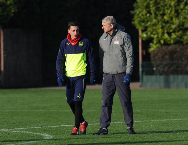 Ozil a colloquio con Wenger durante la rifinitura | Fonte: twitter.com/Arsenal