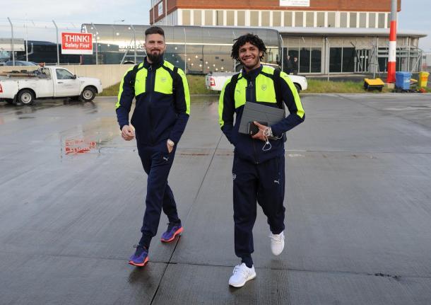 Giroud ed Elneny poco prima della partenza per Basilea. | Fonte: twitter.com/Arsenal