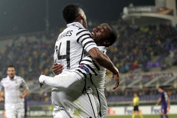 Campos celebra con Garry Rodrigues el tanto del 0-2 | Foto: UEFA